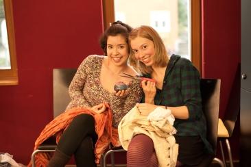 Kostümdesignerin Sandra Peise und ihre Assistentin Alenka Winkler